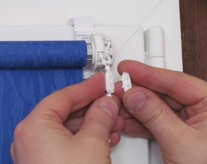 Opuszczamy roletę do dołu na odpowiednią długość i zakładamy drugi łącznik łańcuszka. Drugi łącznik służy również jako ogranicznik