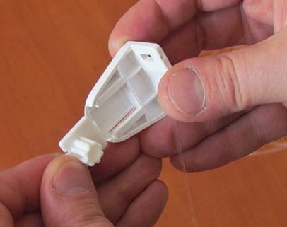Wkładamy w bok rolety plastik tzw. gwiazdkę