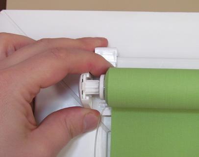 Wkładamy wałek rolety w bok mechanizmu, po przeciwnej stronie wkładamy tzw. gwiazdkę i montujemy roletę