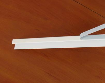2. Odtłuszczamy listwy przyszybowe a następnie przyklejamy prowadnicę z jednej strony