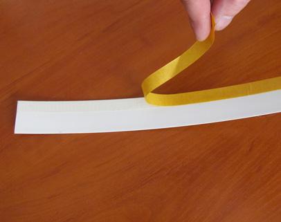 Odtłuszczamy listwy przyszybowe a następnie przyklejamy prowadnicę z jednej jak i drugiej strony