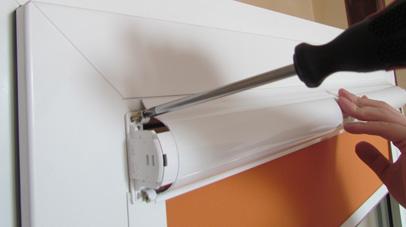 Przewiercamy wkrętarką po jednej jak i drugiej stronie rolety po dwa otwory a następnie przykręcamy roletę do skrzydła okiennego