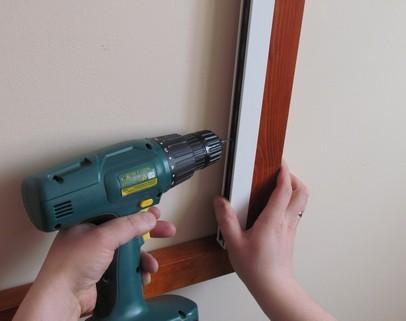 Nawiercamy wkrętarką otwory po jednej jak i drugiej stronie okna dachowego i przykręcamy roletę do okna