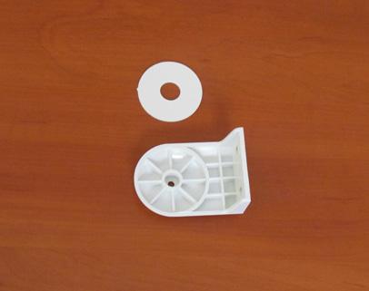 Wkładamy plastikowe koło do jednego z mocowań rolety