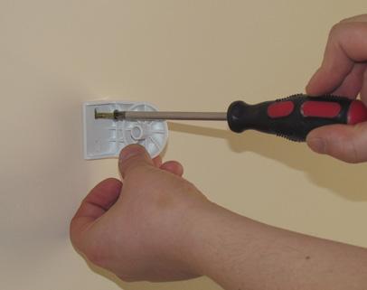 Przewiercamy wiertarką ( sugerowane wiertło to 8 mm ) otwór na kołek rozporowy a następnie mocujemy do ściany jeden z mocowań rolety